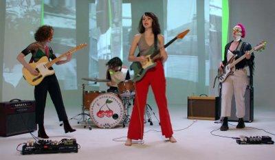 The Regrettes – Seashore music video